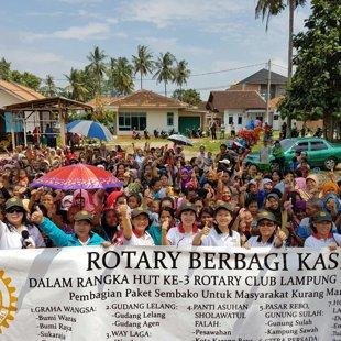 Bersama Rotary membagikan sembako untuk warga di Bandar Lampung